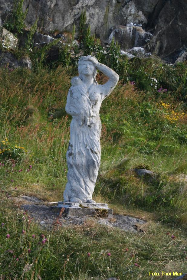 Statue pa° Ona Sandøy kommune.jpeg