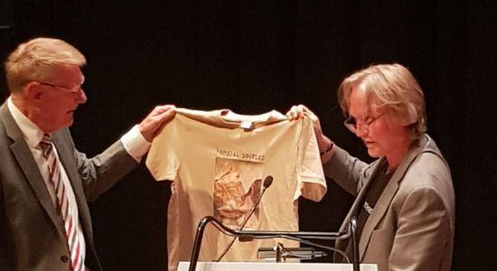 Romsdal Sogelag mottar t-skjorter med skreddarsydd trykkbilde frå Romsdalsmuseet